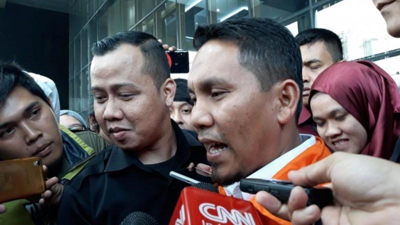 Bupati Bener Meriah, Ahmadi (rompi orange) di Gedung KPK, Jakarta, Kamis, 5 Juli 2018. Foto Medcom.id/ Juven Martua Sitompul.