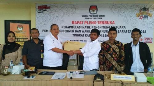 Ketua KPU Kabupaten Bekasi, Idham Holik (kanan) menyerahkan