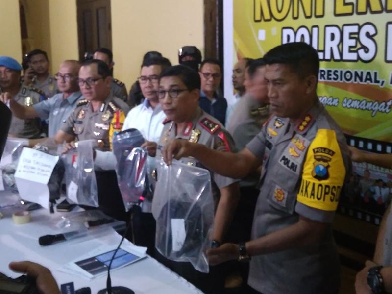 Kapolda Jatim Irjen Pol Machfud Arifin (tengah) saat menunjukkan barang bukti yang disita di Bangil, Pasuruan, Jawa Timur. Medcom.id/Syaikhul Hadi