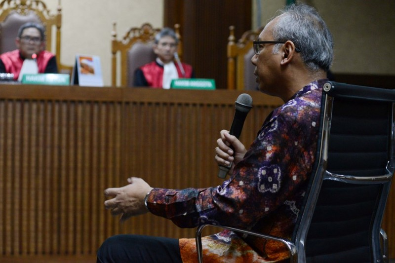 Terdakwa kasus merintangi penyidikan kasus proyek pengadaan KTP elektronik, Bimanesh Sutarjo, menjawab pertanyaan majelis hakim ketika menjalani sidang lanjutan di Pengadilan Tipikor, Jakarta, Kamis (7/6). MI/ MOHAMAD IRFAN.