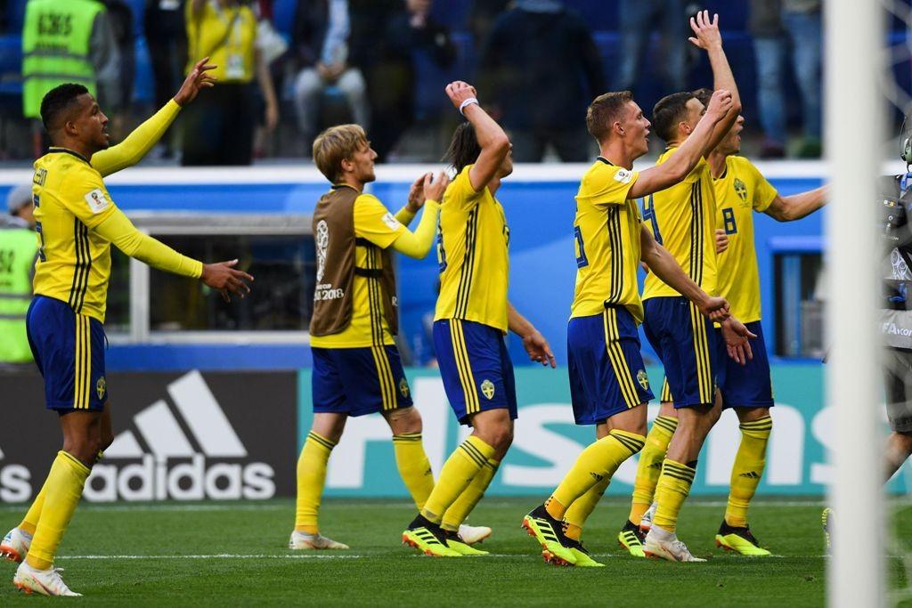 Skuat Swedia merayakan keberhasilan lolos ke 8 besar Piala Dunia 2018. (Foto: AFP PHOTO / OLGA MALTSEVA)