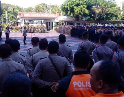 Sejumlah anggota polisi dan TNI melakukan apel pengamanan untuk
