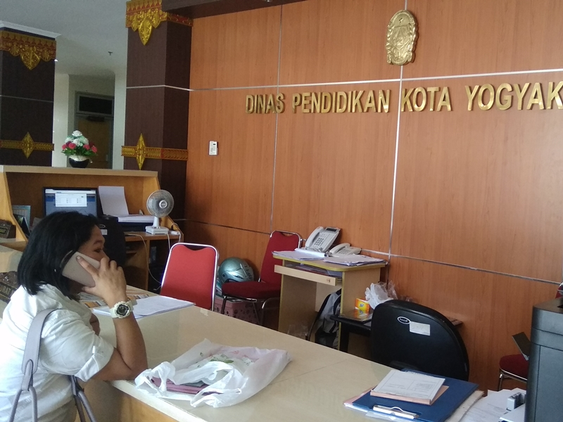 Seorang orang tua calon siswa saat menunggu panitia PPDB di Dinas Pendidikan Kota Yogyakarta. Medcom.id/Ahmad Mustaqim