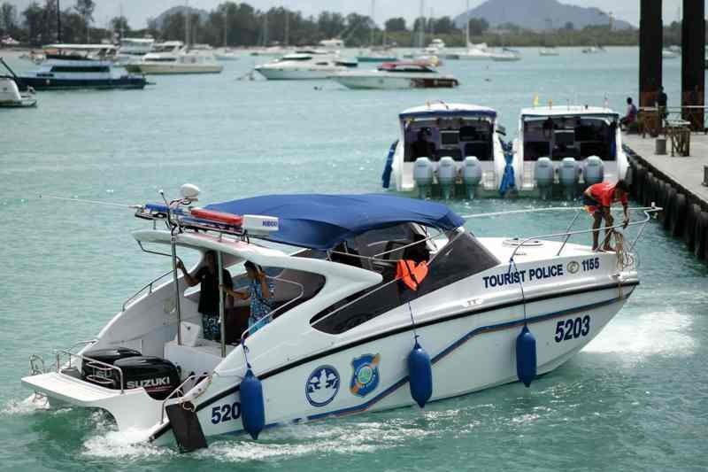 Polisi laut Thailand melakukan penyisiran mencari korban kecelakaan di dekat Phuket (Foto: AFP).