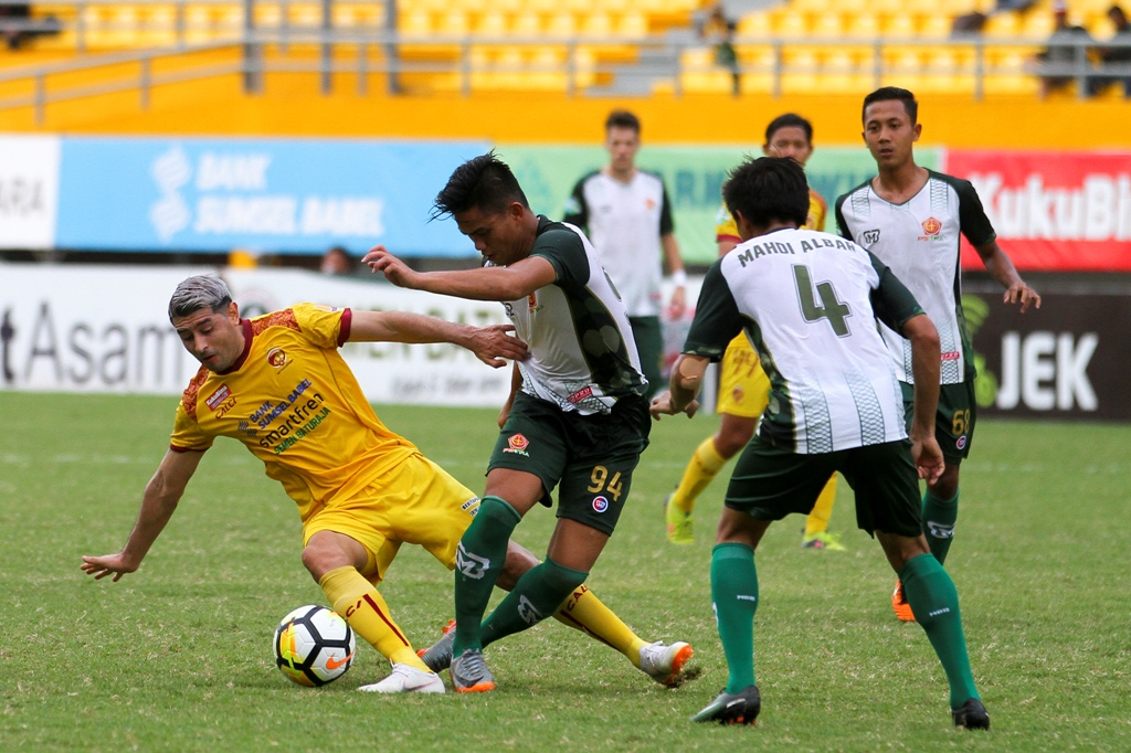 Pemain Sriwijaya FC Esteban Vizcarra mendapat kepungan pemain PS Tira dalam lanjutan Liga 1 2018. SFC menang dengan skor telak 4-1. (Foto: ANTARA FOTO/Nova Wahyudi)