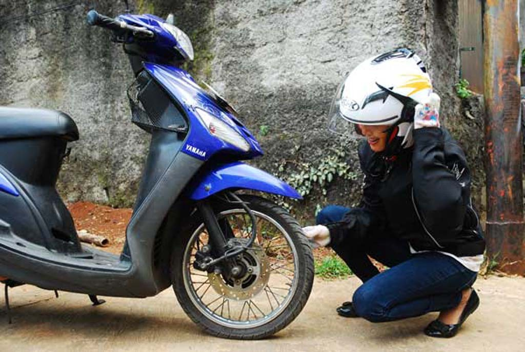 Ban motor bocor akan merepotkan, khususnya pengendara wanita. Dok. Medcom