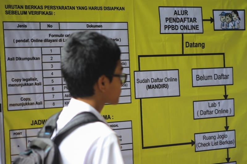 Calon siswa mengikuti pendaftaran Penerimaan Peserta Didik Baru (PPDB) daring (online) Antara/Maulana Surya