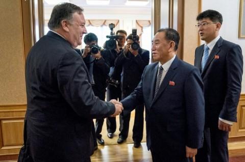 Menlu AS Mike Pompeo (kiri) disambut Menlu Korut Kim Yong-chol