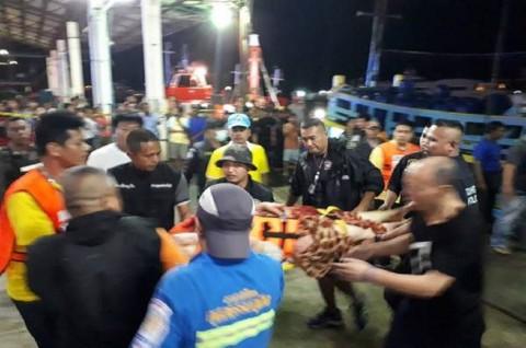 Petugas mengevakuasi korban kapal tenggelam di Phuket, Thailand,