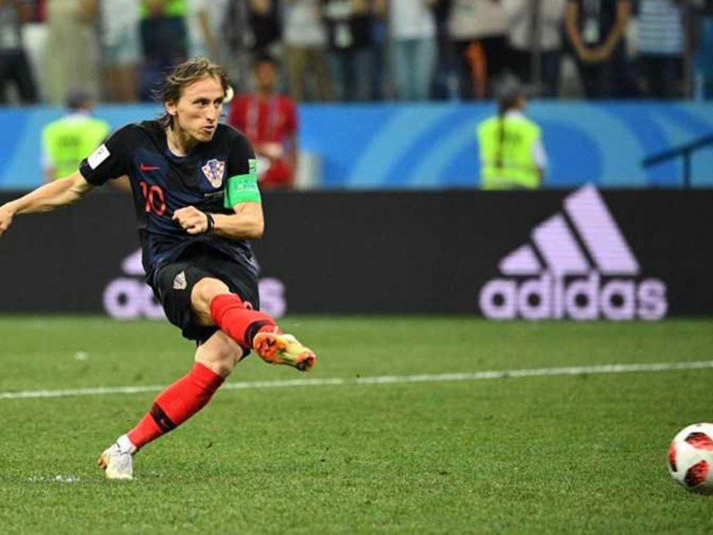 Luka Modric saat mengeksekusi tendangan penalti melawan Denmark di babak 16 besar Piala Dunia 2018 (Foto: Google Image)