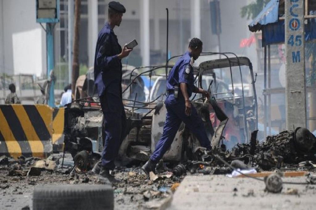 Petugas keamanan berada di lokasi serangan bom mobil di Mogadishu, Somalia, 7 Juli 2018. (Foto: AFP)
