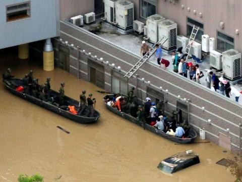 Warga Jepang menunggu dievakuasi. (Foto: AFP).