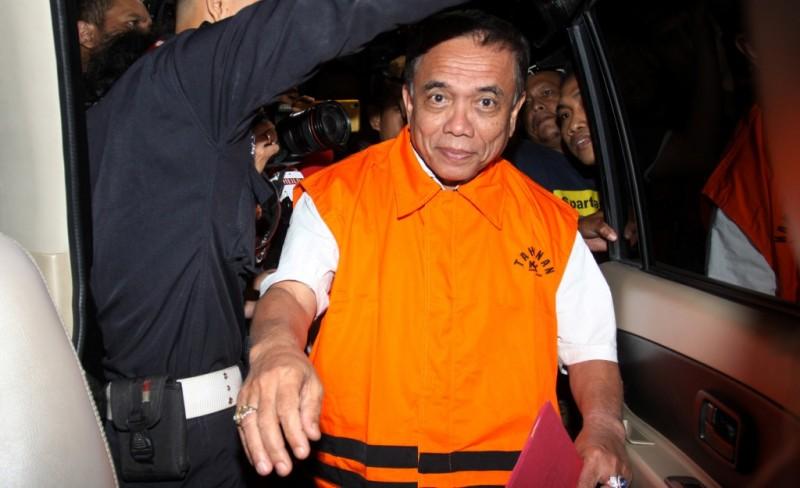 Gubernur Aceh Irwandi Yusuf mengenakan rompi tahanan pascaterjaring operasi tangkap tangan (OTT) di Gedung KPK, Jakarta. Foto: Antara/Reno Esnir.