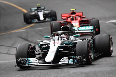 Taktik Menarik Ferrari di Mata Hamilton