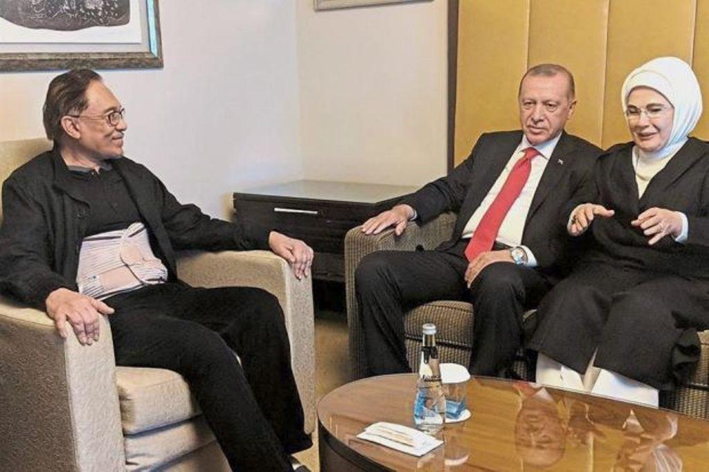 Anwar Ibrahim (kiri) ketika dijenguk Presiden Turki Recep Tayyip Erdogan. (Foto: The Star)