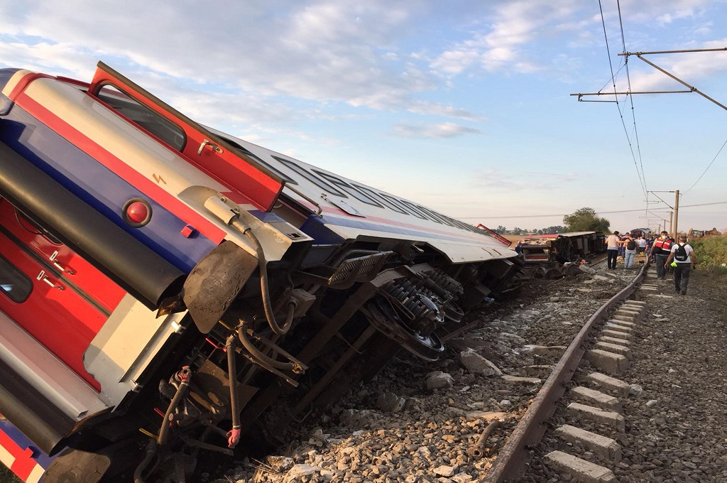 Kereta api yang terguling di distrik Corlu, provinsi Tekirdag, Turki, 8 Juli 2018. (Foto: AFP/DHA)