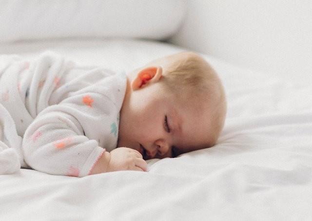 Penelitian yang dipimpin oleh Dr Ke Sun menemukan bahwa paparan asap rokok sebelum dan sesudah kelahiran dapat meningkatkan kebiasaan anak mendengkur. (Foto: Dakota Corbin/Unsplash.com)