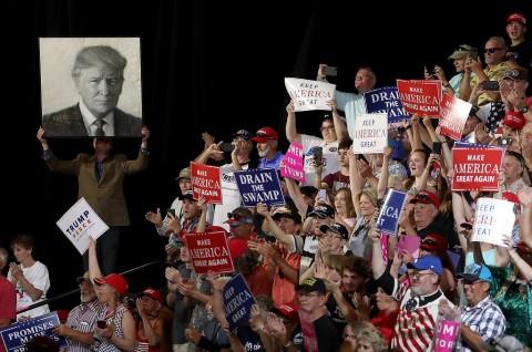 Para pendukung Presiden AS Donald Trump bersorak dalam sebuah