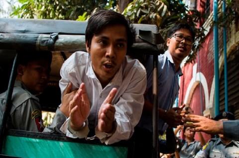 Dua wartawan Reuters, Kyaw Soe Oo (tengah) and Wa Lone (kanan).