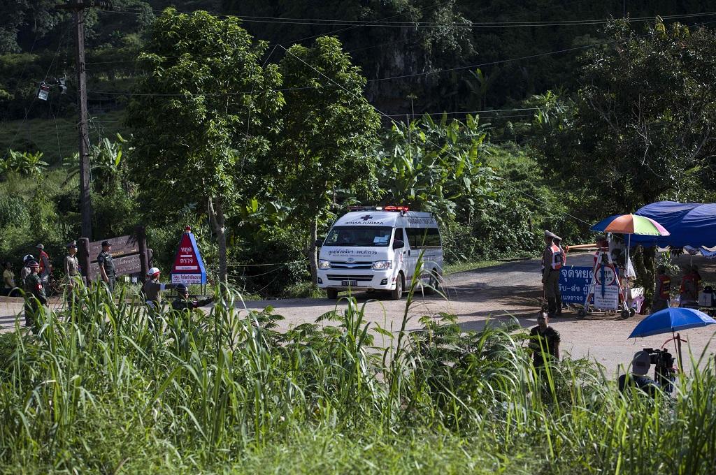 Sebuah ambulans yang diduga membawa bocah kelima meninggalkan area gua Tham Luang, provinsi Chiang Rai, Thailand, 9 Juli 2018. (Foto: AFP/YE AUNG THU)
