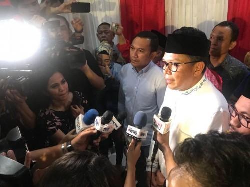 Nurdin Abdullah disambut para pendukung di posko pemenangan.