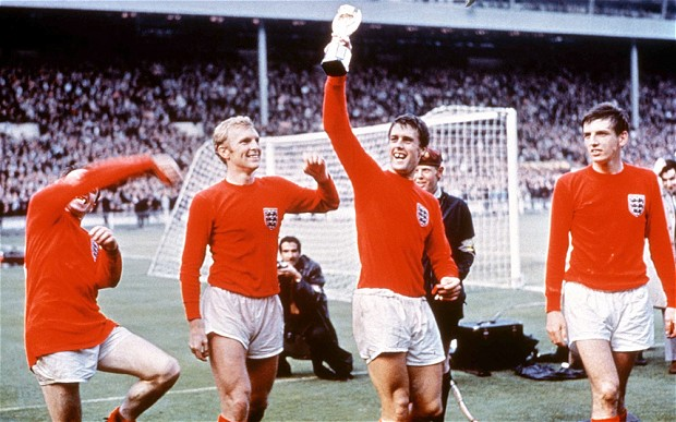Geoff Hurst saat mengangkat trofi Piala Dunia 1966 usai mengalahkan Jerman Barat di final (Foto: Telegraph)