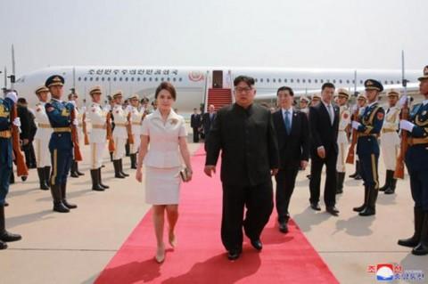 Pemimpin Korea Utara Kim Jong-un (kanan) dan istrinya Ri Sol-ju