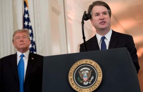 Presiden AS Donald Trump (kiri) menominasikan Hakim Brett