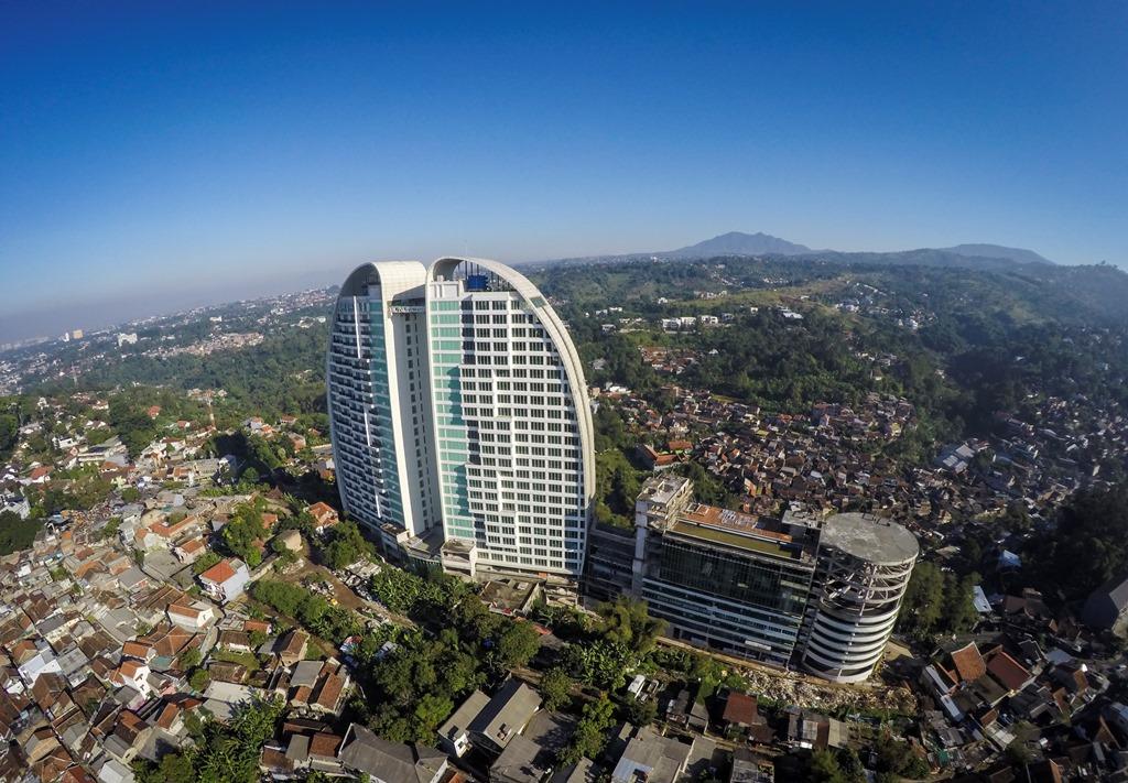Ilustrasi. Sebuah hotel di antara pemukiman padat di kawasan Bandung Utara. (ANT/Raisan Al Farisi)