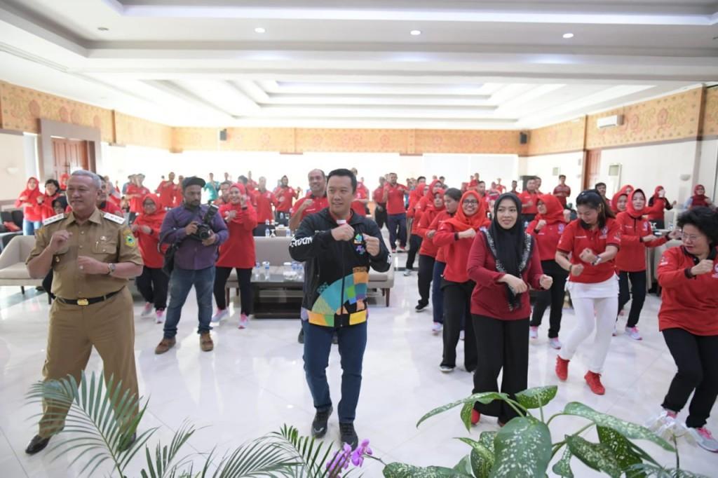 Menpora bersama peserta Pelatihan Penggerak Olahraga Senam Kebugaran Masyarakat. Foto: Dok. Kemenpora