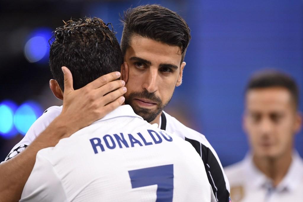 Sami Khedira memluk Cristiano Ronaldo (AFP PHOTO/FILIPPO MONTEFORTE)
