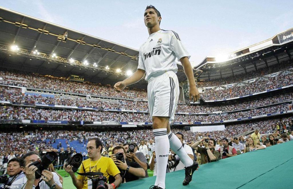 Cristiano Ronaldo saat diperkenalkan pada publik Real Madrid pada 2009. (Foto: daily mail)