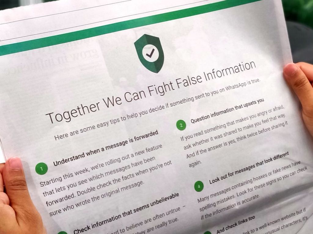 Iklan dari Facebook Inc berisi cara mengenali pesan hoax di WhatsApp pada media cetak di India. (Firstpost)