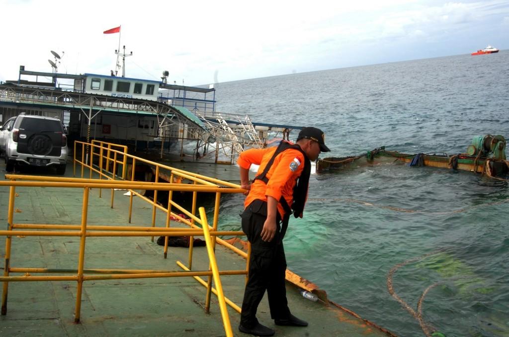 Anggota Basarnas memeriksa KMP Lestari Maju yang karam di perairan Selayar, Sulawesi Selatan, Kamis (5/7). ANTARA FOTO/Abriawan Abhe.