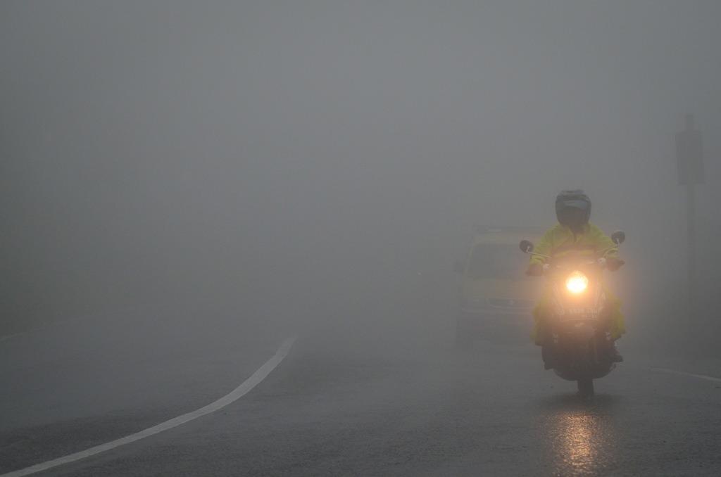 Pengendara melintasi jalan yang berkabut di perbatasan Kabupaten Bogor dan Kabupaten Cianjur, Jawa Barat, Minggu, 4 Februari 2018. Antara/Raisan Al Farisi