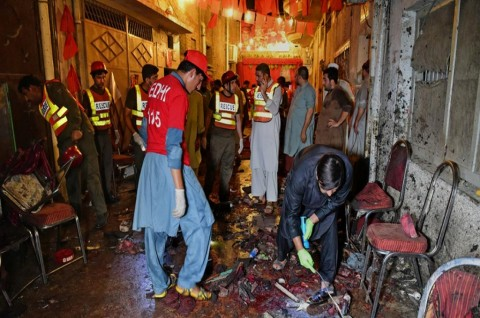 Petugas keamanan berada di lokasi bom bunuh diri di Peshawar,