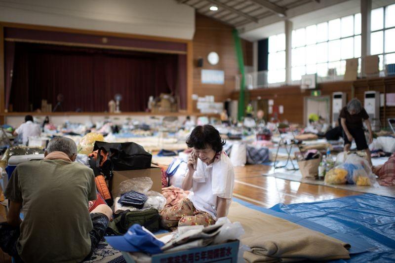 Warga Jepang yang tinggal dalam tempat penampungan sementara di Mabi, Okayama. (Foto: AFP).