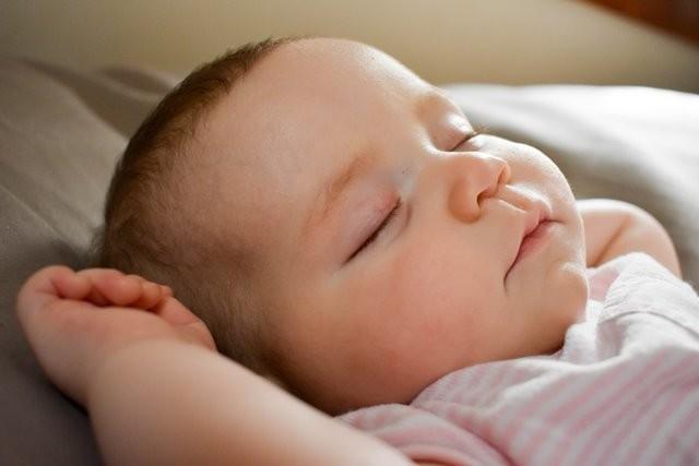 Menurut American Academy of Pediatrics (AAP), sekitar 3.500 bayi meninggal di Amerika Serikat setiap tahun karena penyebab yang berhubungan dengan tidur. (Foto: Tara Raye/Unsplash.com)
