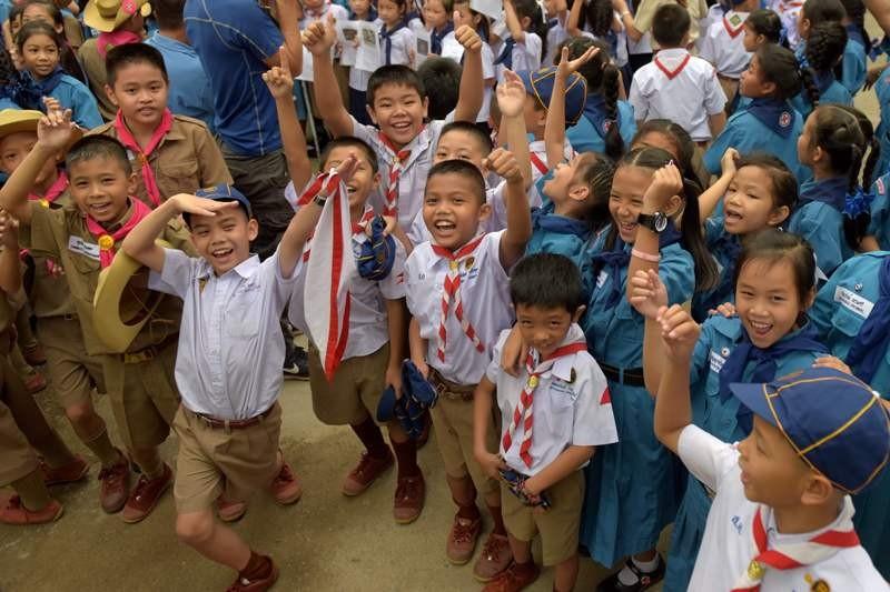 Anak-anak berkumpul di depan rumah sakit di mana 12 anak anggota tim sepakbola 'Wild Boars' dirawat (Foto: AFP).
