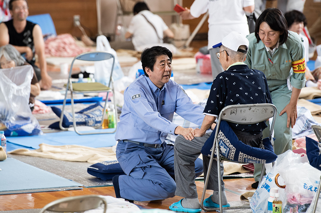 Shinzo Abe Temui Korban Banjir Jepang