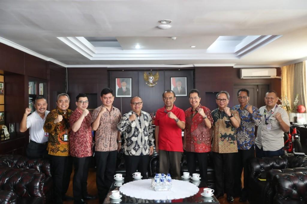Sesmenpora Gatot S Dewa Broto (baju merah) saat menerima kunjungan BPJS Ketenagakerjaan. (Foto: Dok. Kemenpora)