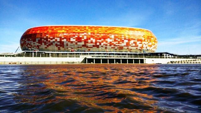 Warna cerah fasad stadion di tepi sungai ini merupakan simbol ciri khas etnis Mordovia. dezeen/Erzyanin