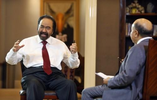 Ketua Umum Partai NasDem Surya Paloh (kiri) saat diwawancarai
