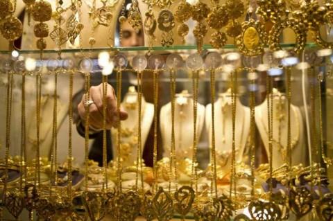 Harga Emas Dunia Tergerus Penguatan Dolar