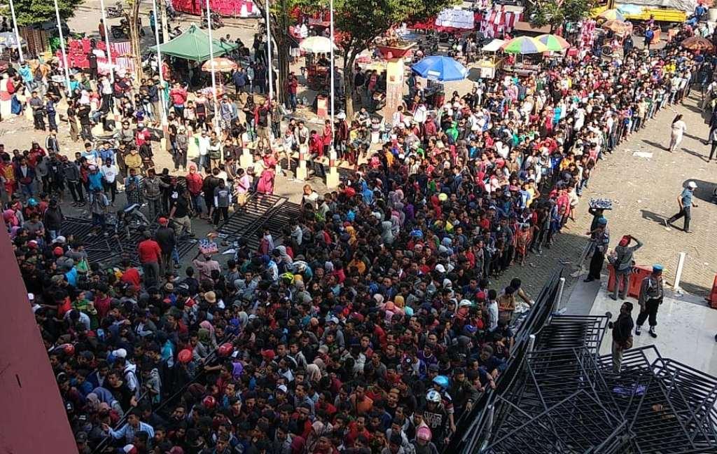 Suasana antrean tiket di Gelora Delta Sidoarjo. (Foto: medcom.id/Gregah Nurikhsani Estuning)