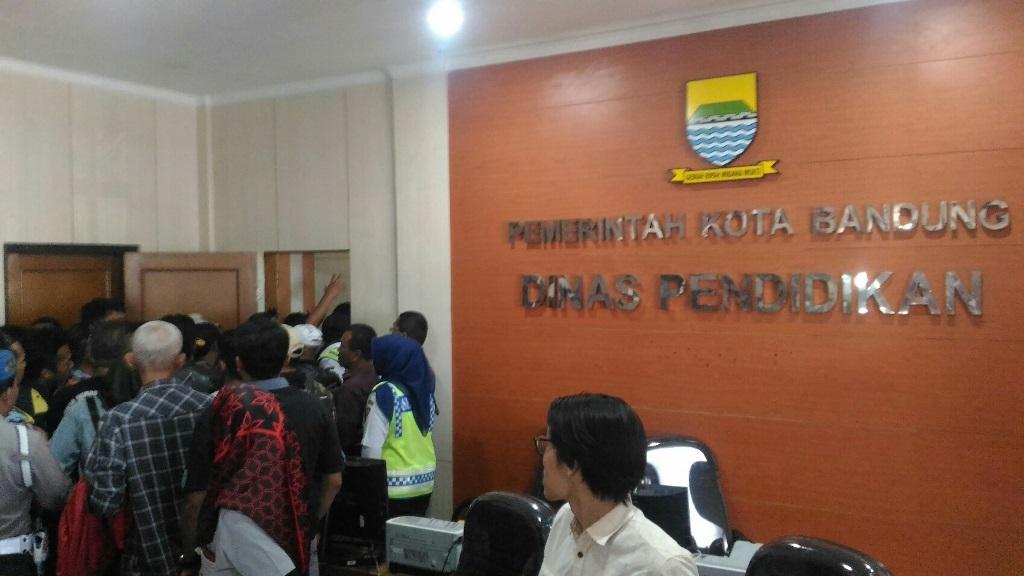 Orang tua calon peserta didik memaksa masuk kantor Disdik Bandung. (Foto: Roni K)