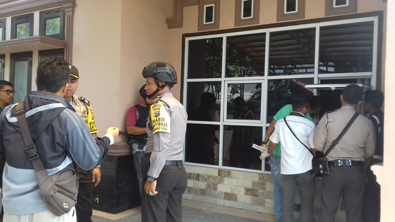 Anggota kepolisian dari Reskrim Polresta Pekanbaru dan Polda Riau melakukan olah TKP di rumah Jl Rawamangun No 22 F Kota Pekanbaru. Medcom.id
