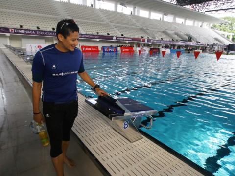 Wakil Gubernur DKI Jakarta Sandiaga Uno meninjau kolam renang
