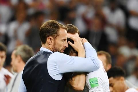 Gareth Southgate menghibur pemainnya usai Inggris takluk dari