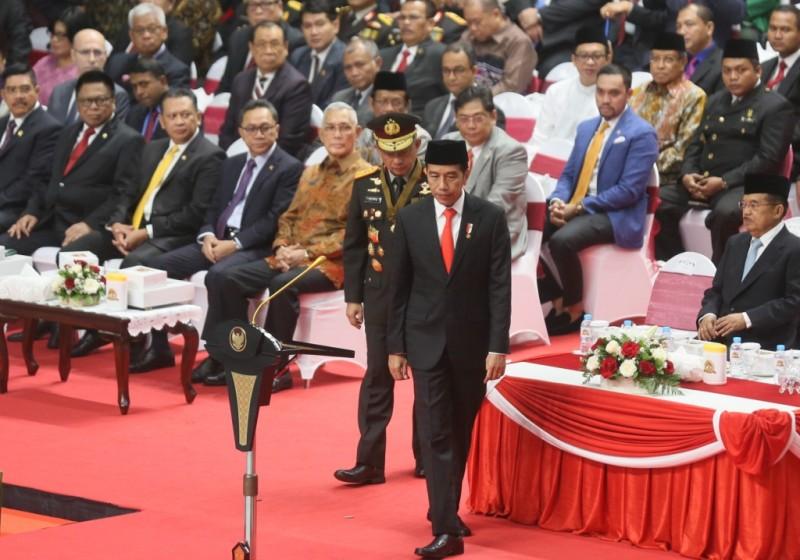 Presiden Joko Widodo didampingi Wapres Jusuf Kalla dan Kapolri Jenderal Pol Tito Karnavian saat peringatan Hari Bhayangkara ke-72 di Istora Senayan, Jakarta. Foto: MI/Ramdani.